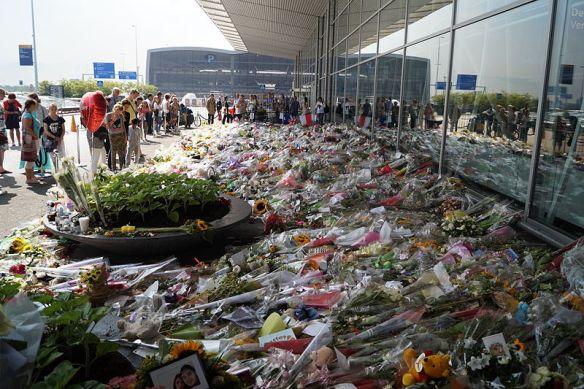 De bloemenzee op Schiphol voor de slachtoffers van de ramp met vlucht MH17, 26 July 2014; by JurgenNL / Wikimedia *