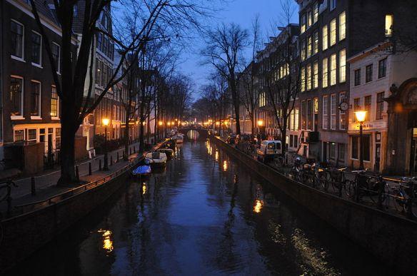 Amsterdam - Canal at dusk, Author Jorge Láscar / wikimedia *