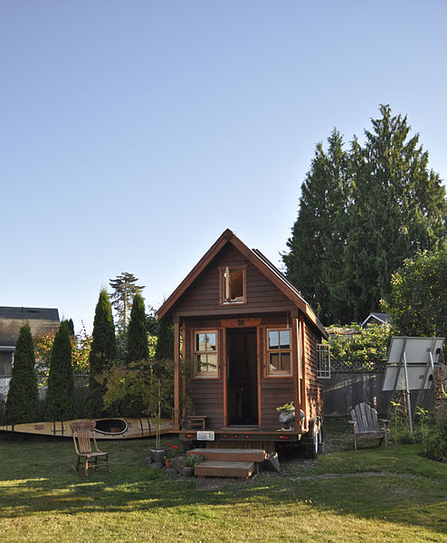 Tiny house in yard, Portland by Tammy / Wikimedia *